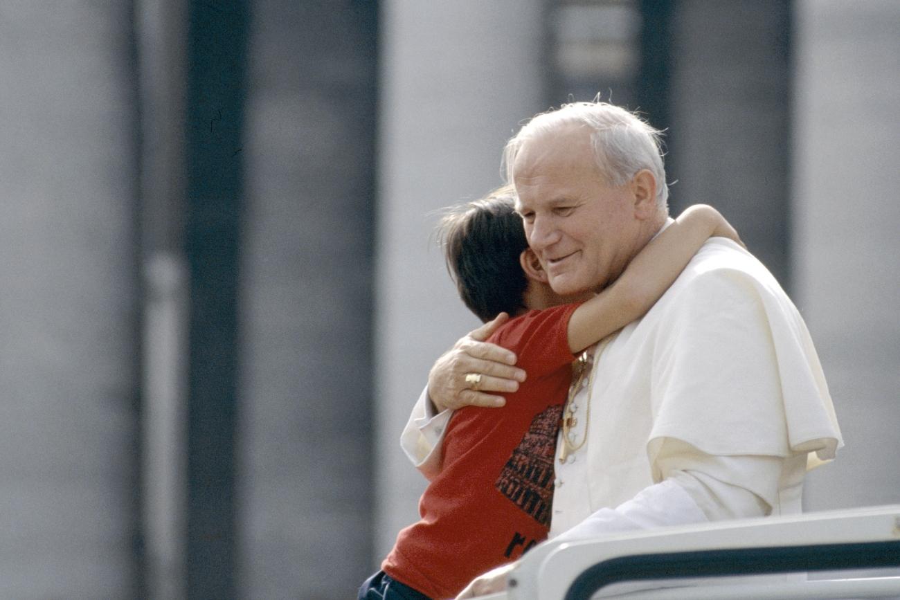 San Giovanni Paolo II abbraccia un bambino